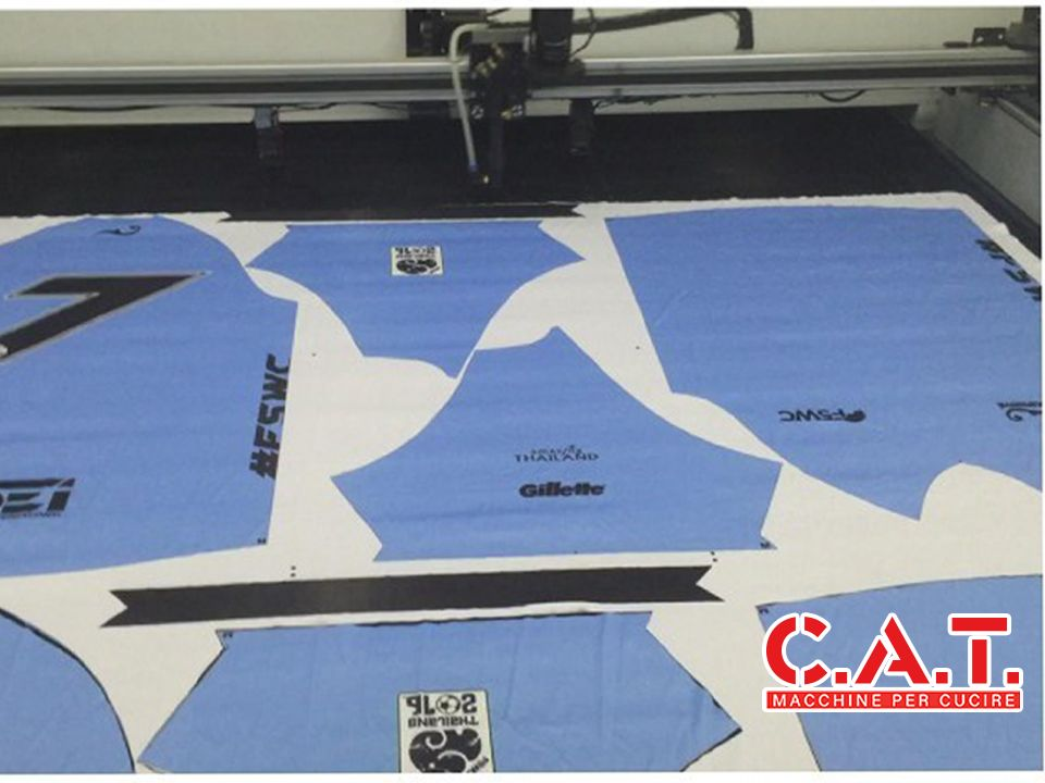 Macchina da taglio con tracciamento automatico dei bordi del tessuto stampato